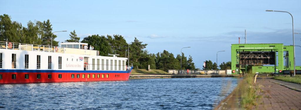 Die nicko Cruises »MS Katharina von Bora« liegt vor dem Schiffshebewerk Magdeburg-Rothensee